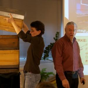 Dr. Pia Aumeier (links) zusammen mit Dr. Gerhard Liebig bei der Auftaktveranstaltung für Jungimker in Grevenbroich