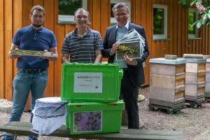 v.r.n.l. Dirk Mattheisen, Präsident Lions Club Grevenbroich, Thomas Krauß, 1. Vorsitzender Bienenzuchtverein Grevenbroich und Ralf Dietrich vom Umweltzentrum am Schneckenhaus Grevenbroich